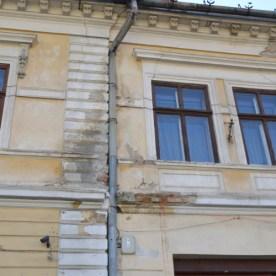 Ez a rohadó Biasini-homlokzat a Petőfi utcában.