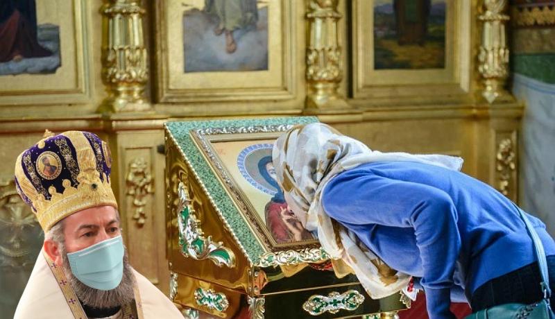 Ortodox főpap: Krisztus testét nem lepi vírus, tessék nyugodtan csókolgatni!