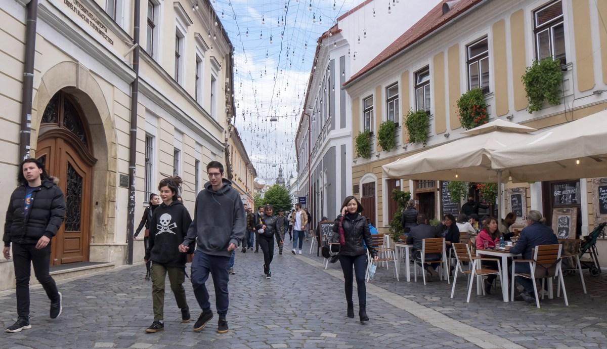"""Esőben, hidegben, de szabadon – kiültek a teraszokra a kolozsvári népek az első """"nyári"""" napon (FOTÓK)"""