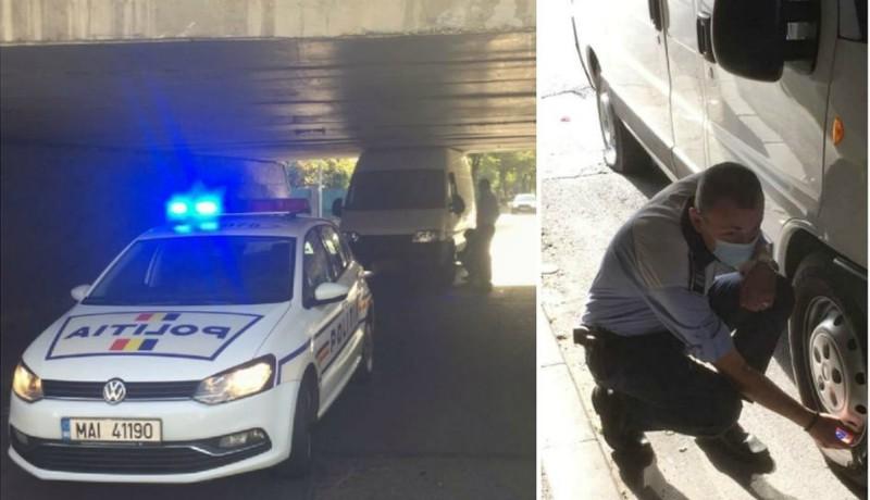 Ez a sofőr se gondolta, mikor elindult, hogy pont a rendőrök fogják leereszteni az abroncsait…