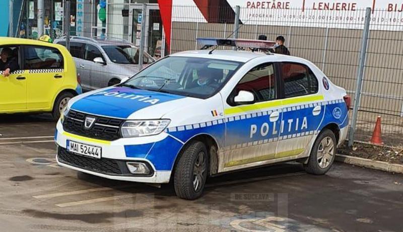 Ez igen: egy rendőrautónak sikerült egyszerre két, mozgássérülteknek fenntartott parkolóhelyet is elfoglalnia