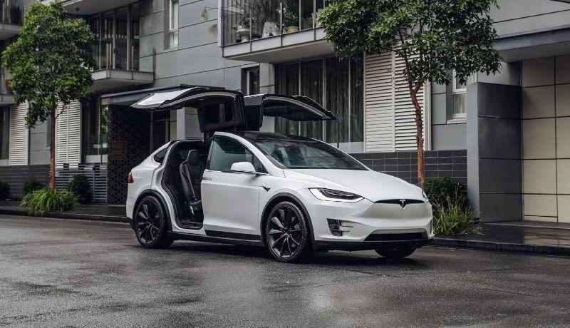 Igaz, hogy Ponta exkormányfő pártja kiesett a parlamentből, de legalább vett egy Tesla X elektromos autót. Közpénzből