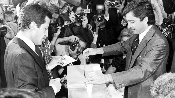 Resultado de imagen para Fotos de las las primeras elecciones democráticas en España