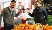 Bir Pazarcı, 10 Poşet Getirene 1 Kilo Portakal Bedava Veriyor
