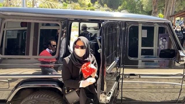 Arkadaşı Nur Yerlitaş'ın ölümüyle yıkılan Sibel Can, erken saatlerde namazın kılınacağı camiye geldi
