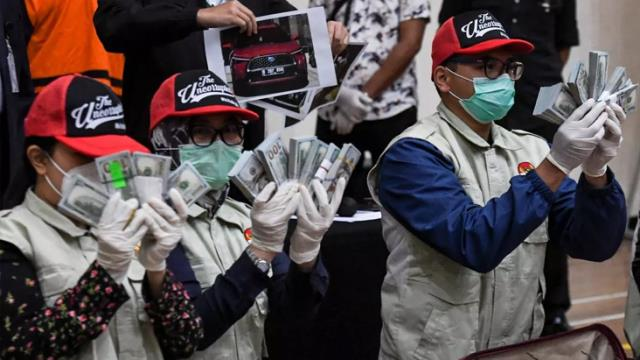 endonezya da halka dagitilan koronavirus 13782403 5964 m - Endonezya'da koronavirüs yardım fonunda yolsuzluğa karışan bakan bavullar dolusu parayla teslim oldu