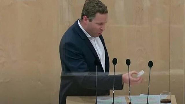 avusturyali siyasetcinin kursude kolaya yaptigi 13798538 5235 o - Avusturyalı siyasetçi kürsüde kolaya korona testi yaptı, sonuç pozitif çıktı
