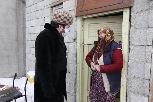 Kar kalınlığının 35 santimetreyi geçtiği Ağrı'da Başkan Sayan, ekmek dağıttı
