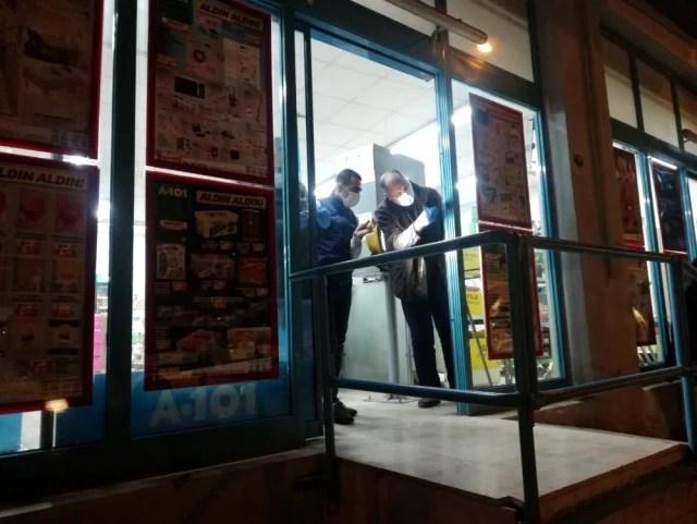 İzmir'de marketteki silahlı soygun girişimi kamerada