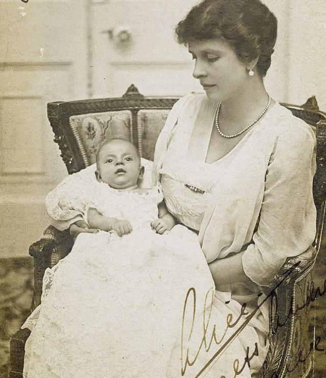 Prens Philip'in doğum belgesi yaklaşık bir asır sonra gün yüzüne çıktı