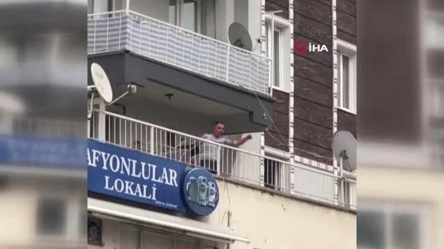 Son dakika haberleri   İzmir'de alkollü şahıs tartıştığı esnafa balkondan eşya fırlattı...Balta ve sandalyelerin havada uçuştuğu anlar kamerada
