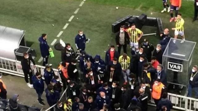 """Emre Belözoğlu, Kasımpaşa personeliyle yaşanan gerilimde, """"Karşında futbolcu yok, bana saygı duyacaksın"""" sözleriyle çıkıştı"""