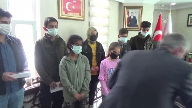 AK Parti Hakkari İl Başkanlığından öğrencilere tablet desteği