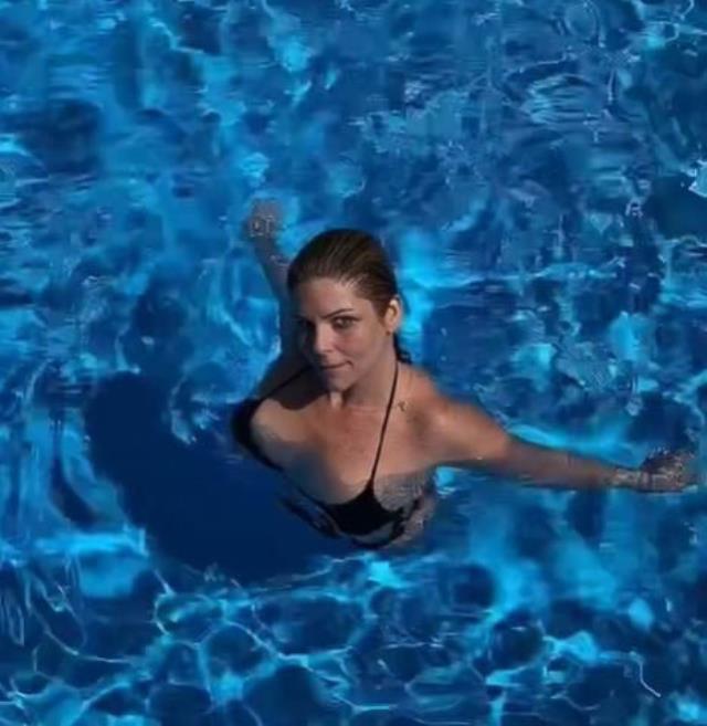 93 kilo veren pelin oztekin den havuzda bikinili 14169290 7208 m