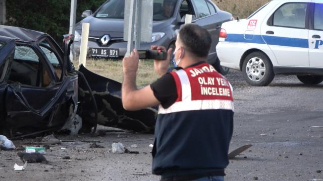 Birbiriyle çarpışan iki araç savrularak taklalar attı: 5 ölü, 1 yaralı