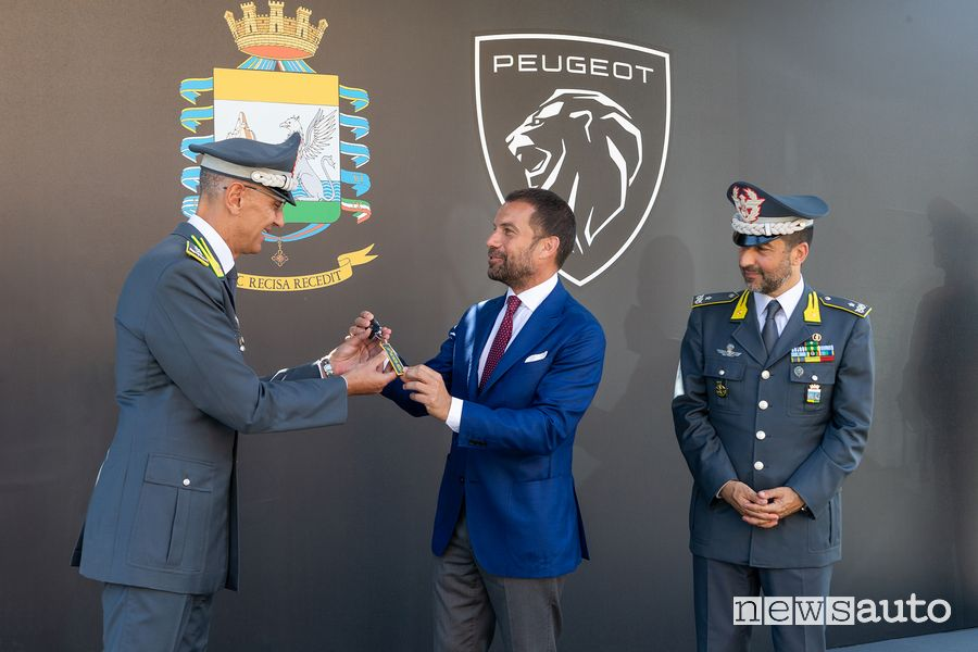 Delivery of the keys of the electric Peugeot e-208 to the Guardia di Finanza