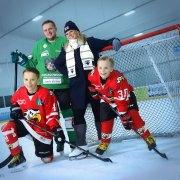 Perhe jääkiekkomaalilla