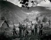 Campesinos con chaquitacllas. Huilloc, 2000. Gelatina de plata