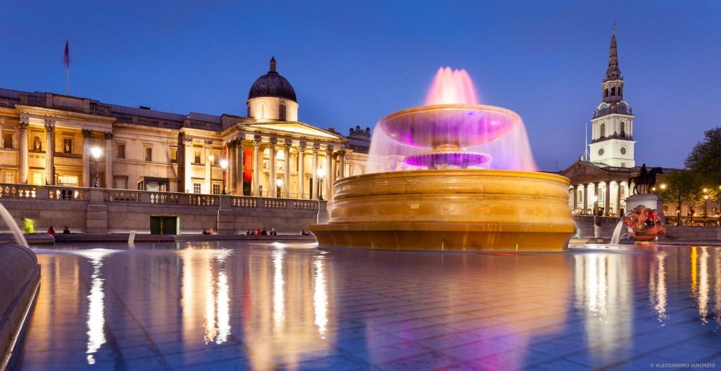 Trafalgar Square illuminata di Notte, Londra