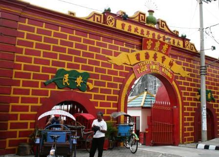 gerbang di sudut jalan