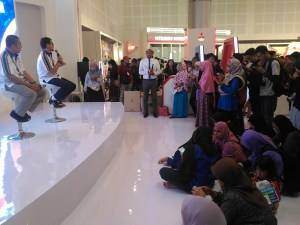pertamina_spbu_talk_crowd