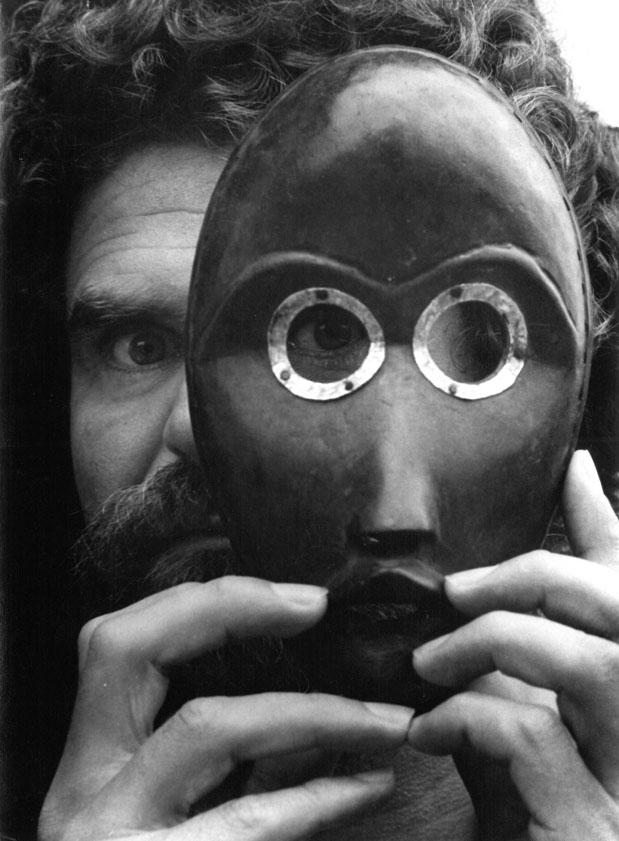 Leonore Mau: Hubert Fichte mit Dan-Maske, Hamburg 1979© Nachlass Leonore Mau, S. Fischer Stiftung