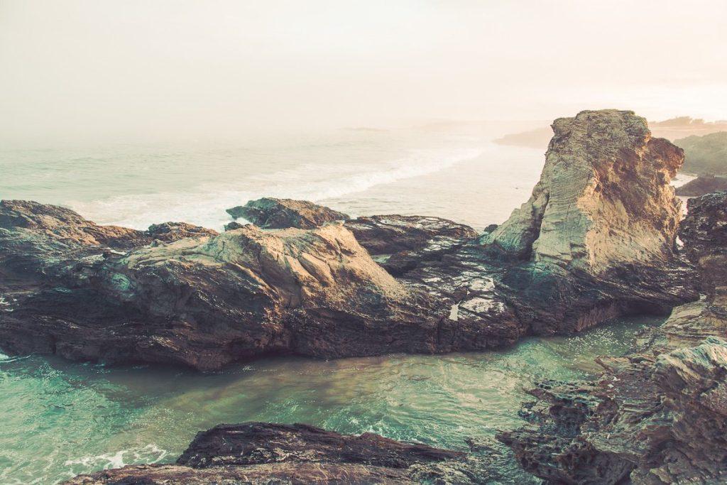 Wilde Felsenküste Portugal - Felsen und Sandstrand, Meeresbrandung - Sines Portugal