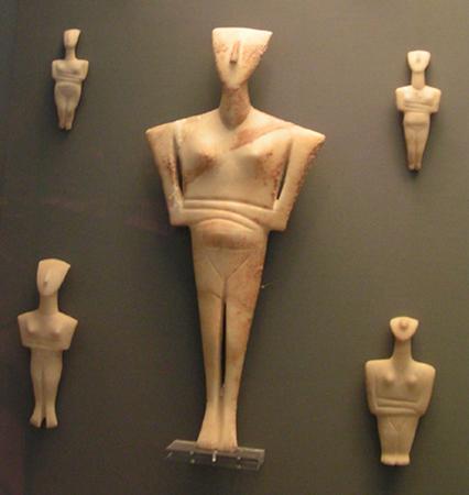 Grupa idoli kanonicznych (kultura Keros-Syros). Narodowe Muzeum Archeologiczne w Atenach.