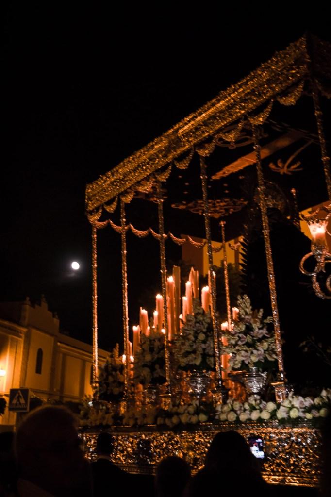 Virgen de la Soledad por San Andrés con la luna llena de fondo
