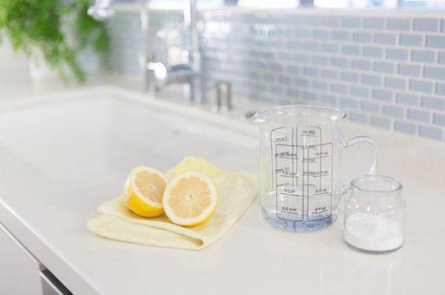 Banyodaki perdeleriniz küflendiyse, sabun ve sirkeyle bir miktar karbonatı karıştırın. Daha sonra bu karışımla perdenizin küflenmiş yerlerini yıkayın. Küflerin yok olduğunu göreceksiniz.