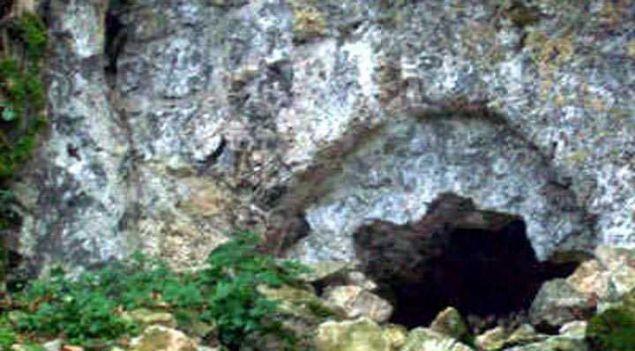 Eğmir, Dereören ve Hallaçlar köylüleri, Madra Dağı eteklerinde Kaya Tepe diye anılan bölgede bulunan mağaraların esrarengiz olduğunu, hayvanlarını otlatırken bile mağaraların bulunduğu bölgeden geçmediklerini söylemiş. İçeride ne olduğu tam bir muamma.