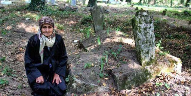 52 yıl önce bir kız bebek dünyaya getiren Hatice E., doğumun ardından kısa süre sonra hayatını kaybeder. 'Ayşe' adı verilen minik bebek de doğumdan 20 gün sonra hayata gözlerini yumar. Ayşe bebek, annesinin bulunduğu mezarlığa defnedilir. Birkaç gün sonra ziyarete giden yakınları, iki mezarın birbirine birleştiğini görünce şok olur.