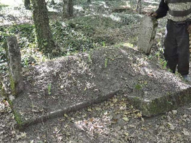 Mezarlığa defnedilen bir anne ve bebeğinin birbirinden ayrı yapılan mezarları, tanıklara göre her seferinde yeniden birleşmiş.