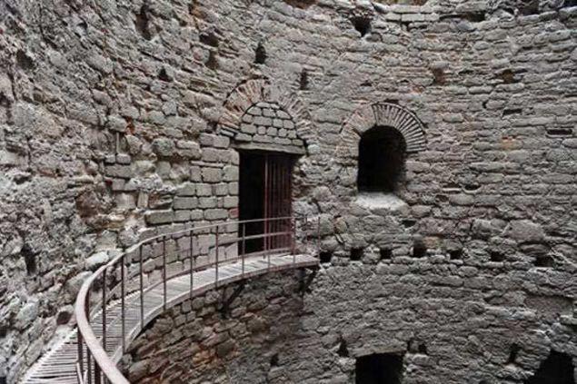 Yedikule Zindanları  Bilindiği gibi Yedi Kule Zindanları 390 yılında İmparator I. Theodosius tarafından inşa edilmiştir. Yerli ve yabancı esirlerin hapsedildiği bir yapı olan zindanlar hakkında o yıllardan bu yana anlatılan bir hikaye mevcuttur.