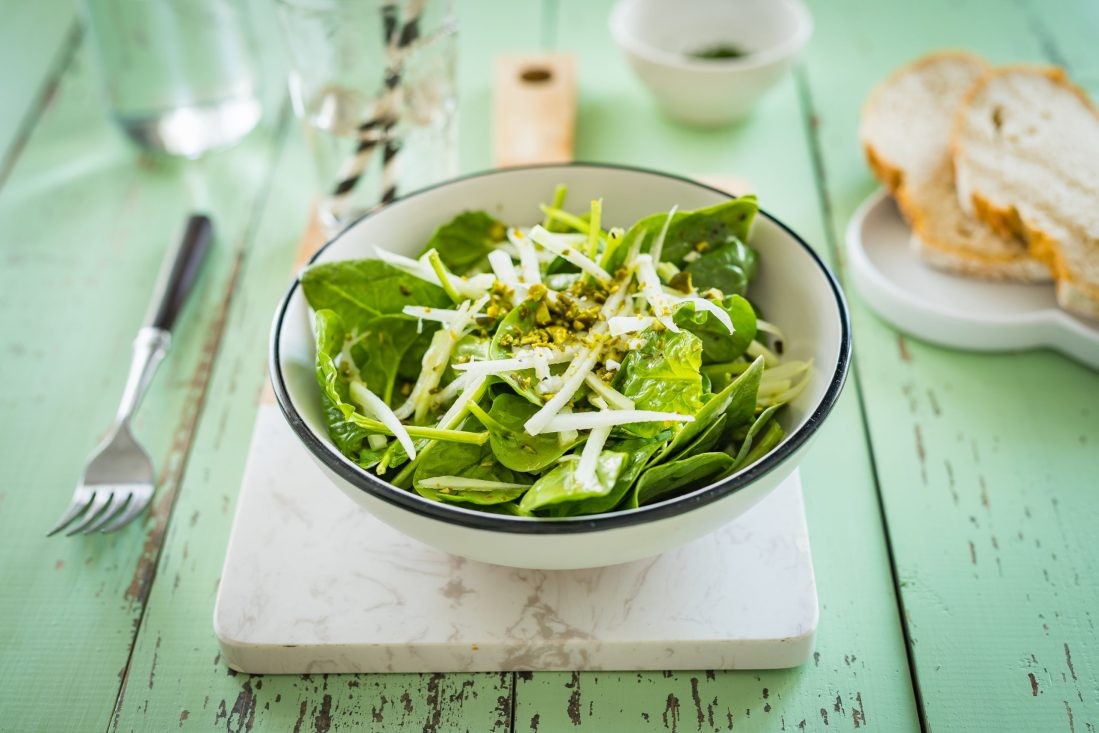 Simple spinach salad with kohlrabi and pistachios