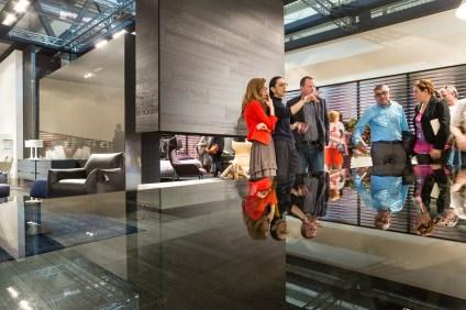 Il Salone del Mobile di Milano, nella nuova sede della Fiera di Milano a Rho, è una grande vetrina per il Design Italiano... qui un momento colto al volo durante nello Stand della Natuzzi, per cui abbiamo documentato gli stands durante l'ultima edizione (aprile 2014)