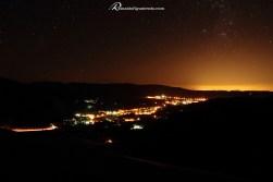 Vista noturna do distrito Serra do Cipó em Santana do Riacho/MG. As luzes ao fundo da montanha são de Belo Horizonte, a 100 Km de distância.