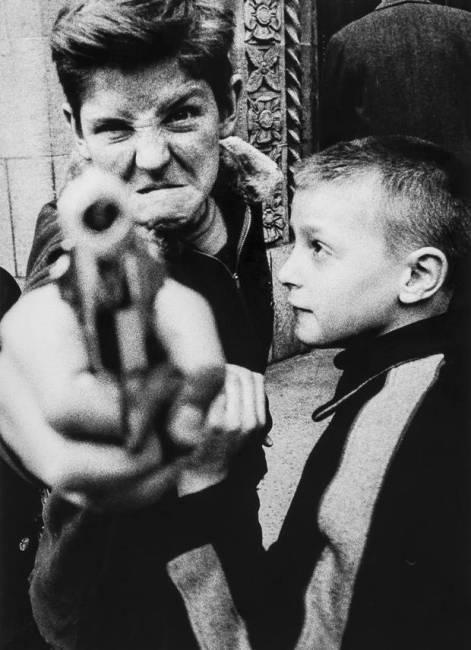 William Klein fotografia bambino con la pistola bianco e nero