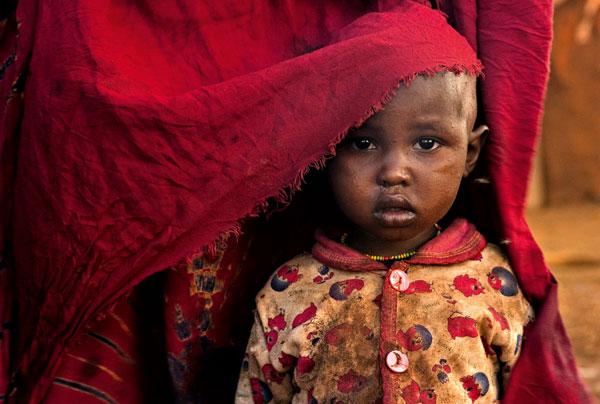 Lynn Johnson National Geographic colore rosso ritratto bambino