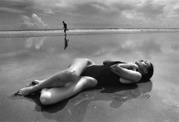 ferdinando-scianna fotografia donna sulla spiaggia