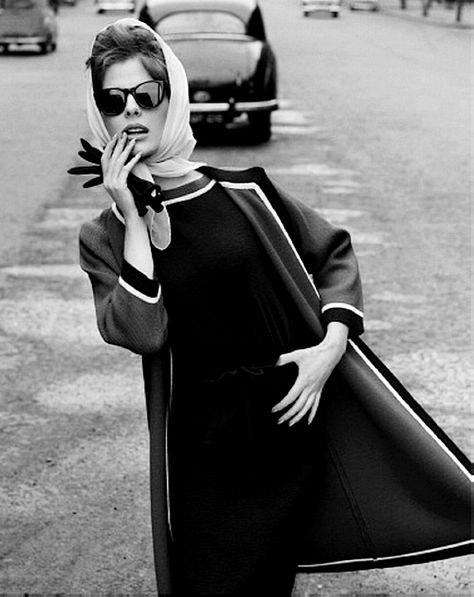 john french foto modella in esterno bianco e nero