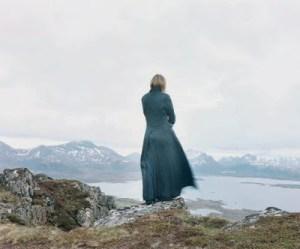 Elina Brotherus fotografa paesaggio con donna