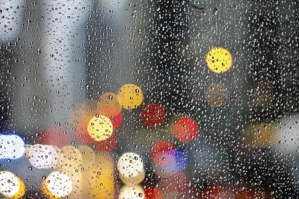 fotografare gocce di pioggia la notte