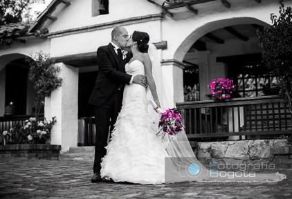fotografia-de-bodas-novios-beso-romantico-punta-larga-boyaca-blanco-y-negro
