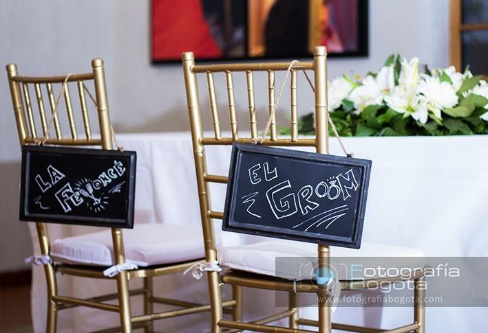 fotografia-de-matrimonios-carteles-decoracion-de-sillas-boda