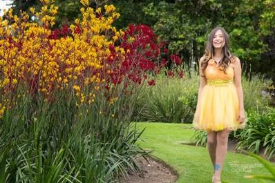 fotografias-de-quince-años-sesion-pre-quince-años-jardin-botanico-vestido-amarillo-flores-rojas-y-amarillas