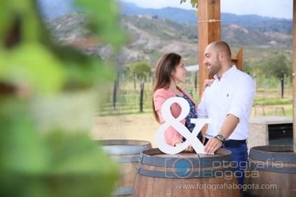 sesion-de-fotos-en-villa-de-leyva-fotografias-de-parejas-fotos-de-pre-boda-vinos