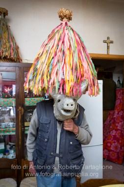 """Aliano (MT) , 04 marzo 2014 (martedì grasso). Il Signor Pasquale (per tutti """"Zio Pasquale"""") ci mostra le maschere fabbricate da lui, indossate in occasione di passate edizioni del Carnevale,"""