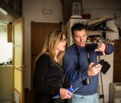 """PROGETTO: """"Nastro"""" di Grazia Patruno e Lillo Montemurro - Azienda Vetri d'Arte. Maria Concetta Malorzo a sx (vetri d'Arte) discute con Lillo Montemurro sul progetto."""