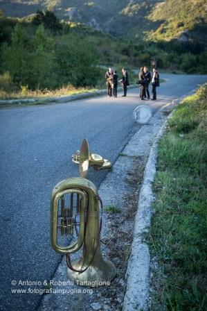 """La banda aspetta la processione vicino al bivio per le sorgenti del Frida. Si tratta del Il complesso Bandistico """"Santa Cecilia"""" di Cassano Ionio (CS)"""